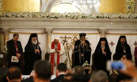 """ss Bartolomeu s-a """"rugat"""" alături de papa Francisc și papa copt Tawadros II în Egip, conform agendei stabilite în Creta"""