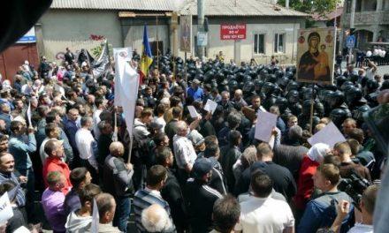Marş LGBT OPRIT de poliţie la Chişinău pentru a evita o CONFRUNTARE cu participanţii la o CONTRA-MANIFESTAŢIE