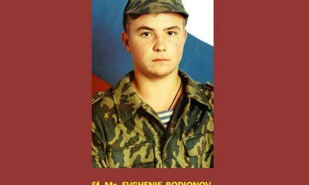 NOI AM FI ÎN STARE? În 1996 islamistii i-au cerut tânărului soldat rus EVGHENIE RODIONOV să-şi dea jos Crucea de la gât, altfel îl decapitează. A refuzat şi este Mucenic