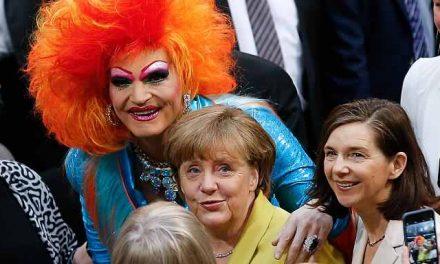 """GERMANIA pierdută: Angela Merkel a uitat de """"binele copiilor"""" și s-a aliat căsătoriilor HOMOSEXUALE"""