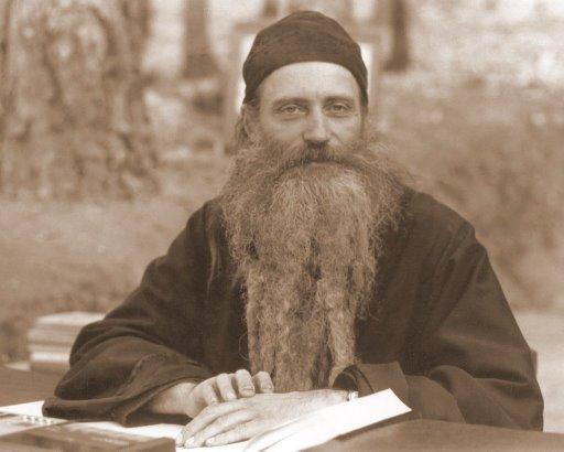 """Cuviosul Seraphim Rose- Prin simpla participare la întruniri ecumenice pierdem Harul lui Dumnezeu. Creștinismul autentic s-a pierdut. PENTRU PREA MULȚI Ortodoxia a devenit o chestiune de afiliere la o parohie sau organizație bisericească și de îndeplinire """"corectă"""" a unui ritualism exterior. Antihrist îi va reuni sub mâna sa pe toți acei care resping sau pervertesc învățătura Bisericii Ortodoxe. Trăim vremurile de pe urmă. Cum ne pregătim? Știm cum să păstrăm Harul ce ni s-adat?"""