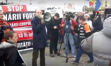 VIDEO Lanț uman în jurul Parlamentului. Protest împotriva vaccinării obligatorii. Costel Stanciu, președinte APC: Atragem atenția parlamentarilor români că se află într-o gravă eroare, că vor fi părtași la votarea unui proiect de lege anticonstituțional
