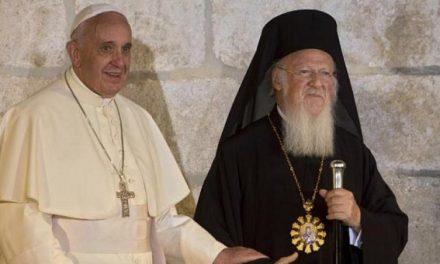 """Papa Francisc i-a scris Patriarhului Bartolomeu despre """"urgența comuniunii depline"""", primat și sinodalitate, dar și că """"ortodocșii și catolicii pot lucra deja împreună fără să aștepte ziua comuniunii depline și vizibile""""."""