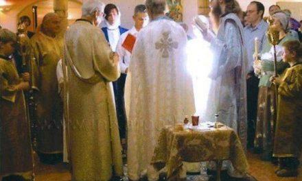 Minune a zilelor noastre la botezul ortodox al unei catolice! Aceasta e dovada clară că nu există Sfinte Taine în afara Ortodoxiei