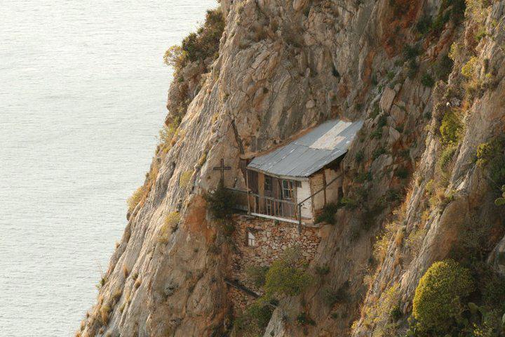 Praznicul Nașterii Domnului sărbătorit de pustnicii din Karoulia (zona cea mai pustie și aspră a Sfântului Munte Athos)