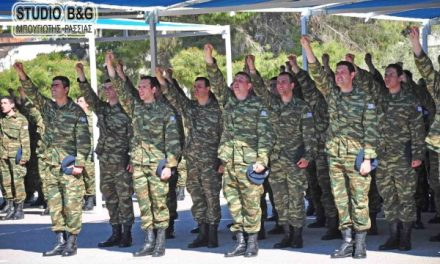 SALUTUL ORTODOX CU TREI DEGETE UNITE! Cum depunde jurământul soldatul grec cu mâna în semnul Sfintei Treimi