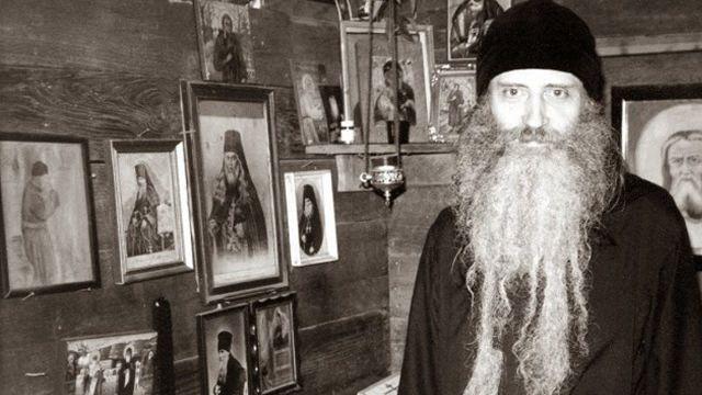 """Este mult mai dificil, deși este încă posibil, să duci o viață ortodoxă fără sprijinul și consolarea mersului la biserică. În zilele din urmă credința va fi doar aparentă. """"Biserica mondială"""", care se formează cu ajutorul """"mișcării ecumenice"""" va menține intacte majoritatea aspectelor exterioare ale cultului și dogmei creștine, dar inima sa -adevărata credință- va lipsi și totul va fi doar o imitație a creștinismului. Prin noi înșine suntem lipsiți de putere să păstrăm credința și dacă Domnul Nostru nu ar fi cu noi, credința ar seca complet în noi. Noi, ortodocșii de azi, care trăim într-o lume și într-un timp de """"pace"""" și de """"securitate"""", este foarte probabil să fim chemați cât de curând să ne jertfim cu moarte martirică pentru credința noastră. Duhul anti-creștin """"al păcii"""" care pare să fie copleșitor în lumea de astăzi îi leagănă pe oameni spre a-i adormi în somnul lumescului și al uitării celor cerești"""