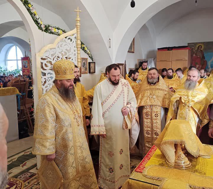 Cel care slujește cu ereticii mai este ortodox?