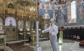 Tătaru şi Vela au semnat ordinul: Cele 10 REGULI pentru slujbele în interiorul bisericilor – Linguriţa de împărtăşanie se dezinfectează după fiecare folosire