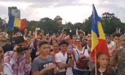 """Protestul """"În Libertate"""" a ocupat Piața Victoriei. Oamenii au manifestat contra prevederilor abuzive ale legii carantinării, care va fi votată luni de Senat. Pompiliu Diplan, amendat de Jandarmerie, a anunțat că iese și luni în stradă"""