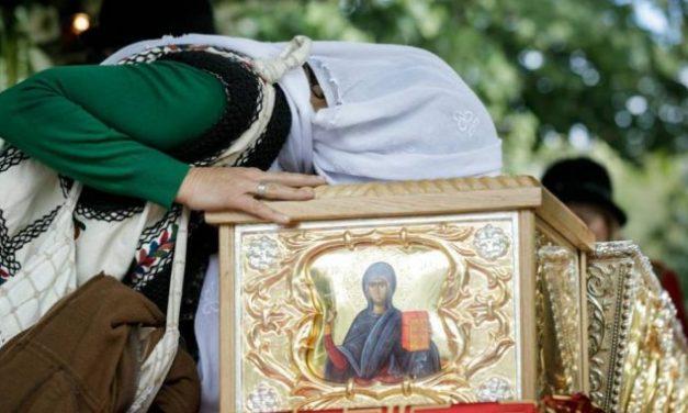 Asistăm la o teribilă prigoană împotriva Ortodoxiei. Decizia hulitorilor de Hristos interzice sărutarea și atingerea moaștelor Sfintei Cuvioase Parascheva de la Iași