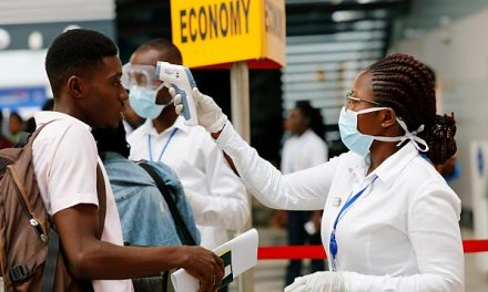 STUDIU: Varianta sud-africană a virusului COVID afectează mai mult persoanele vaccinate decât cele nevaccinate