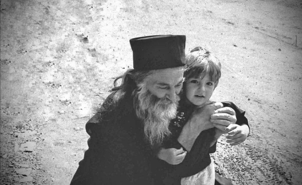 Creșteți copiii cu inima la Hristos! Această civilizaţie l-a despărţit pe om de familia lui. Școala a ajuns să fie în mâna ateilor, Biserica să fie sub controlul ecumeniştilor, familia să fie dezbinată. Educaţia creştinească şi morală a copilului nu o mai poate oferi decât familia. Instituţiile de învăţământ s-au transformat în factori anticreştini de modelare a copilului. Ele te învaţă să fii în pas cu ştiinţa raţionalistă şi cu lumea păcătoasă. Şcolile, până şi grădiniţa, au un scop satanic, de a te abate de la linia creştină. Şcoala o formează un tată, o mamă creştină, un preot, un ierarh care trebuie să aibă răspundere în cadrul unui neam (Părintele Justin Pârvu)