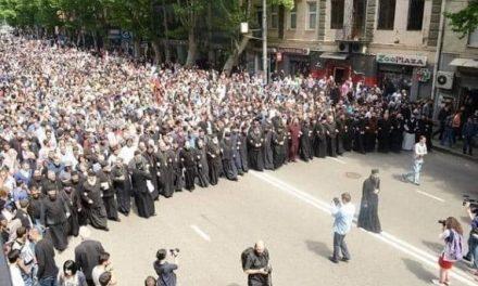 Un adevărat exemplu de curaj și credință puternică a credincioșilor georgieni care au oprit marșul rușinos, antihristic al minorității LGBT. Puterile întunericului au dat înapoi!